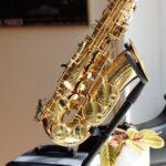 tocar el saxofón